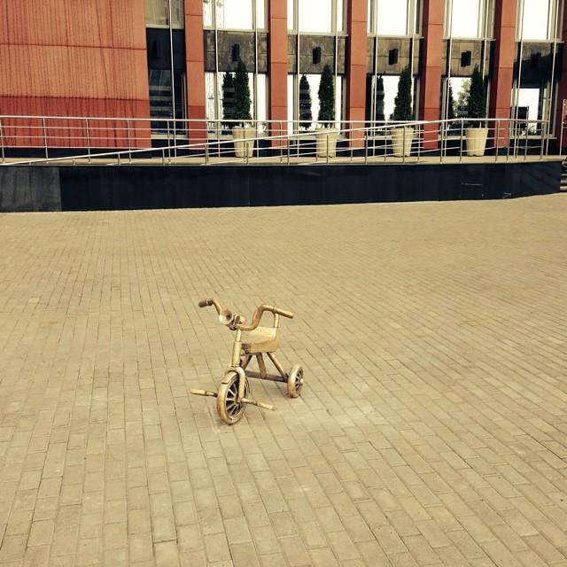 Детский велосипед у здания администрации Ижевска. Фото: facebook.com (Денис Агашин)