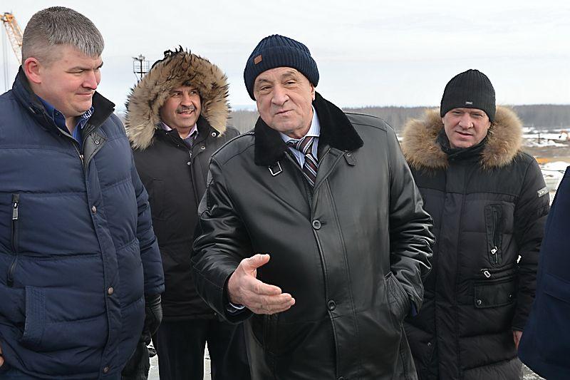 Инспекция моста. Замминистра транспорта и дорожного хозяйства Александр Соловьёв — крайний справа. Фото: udmurt.ru