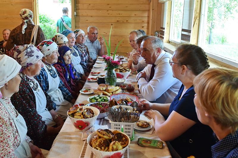 Встреча главы УР Александра Соловьева с «Бабушками из Бураново» в их родном селе в июле 2016 года. Фото: udmurt.ru