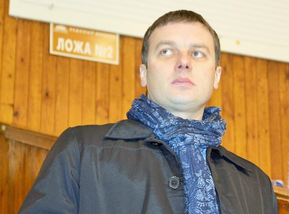 Приезжая в Ижевск, Александр Смагин всегда внимательно наблюдает за хоккеем – начиная от раскатки и заканчивая финальным свистком. Фото: Николай Польчёнок