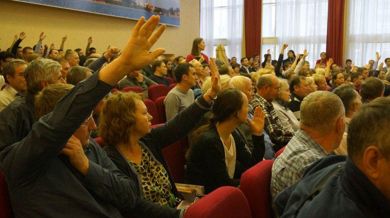 Тех, кто голосовал «против», визуально казалось больше. Фото: © «ДЕНЬ.org»