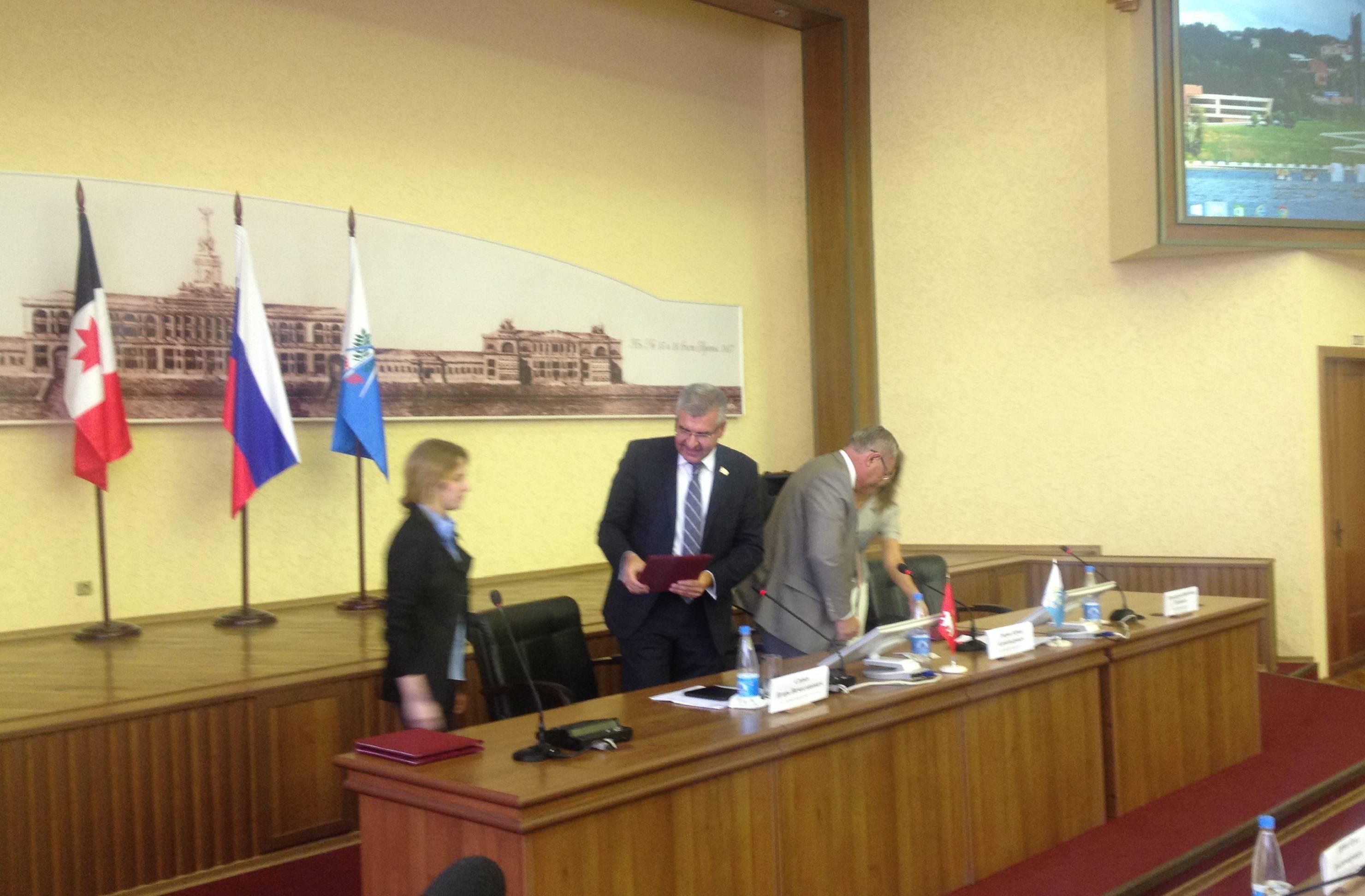 Подписали соглашение — дальше отрегулирует рынок. Фото: © «ДЕНЬ.org»