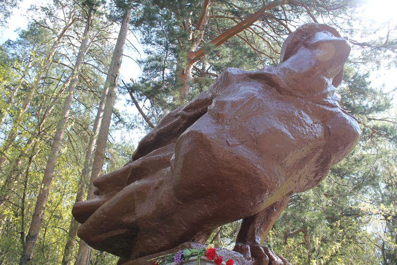 К утру 6 мая памятник Неизвестному солдату был перекрашен из сиреневого в коричневый цвет. Фото предоставлено Агентством по госохране объектов культурного наследия УР