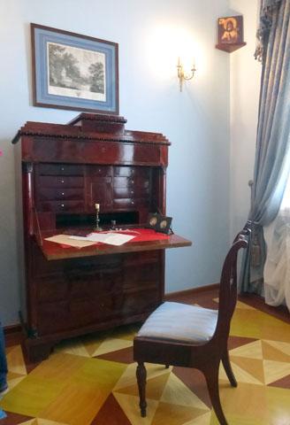 Большая часть мебели в музее не принадлежала семье Чайковских, но точно соответствует времени их жизни в Воткинске