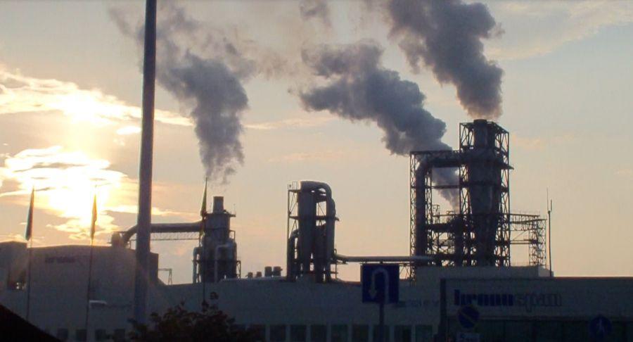 Жителей Башкирии так и не смогли убедить в безопасности завода Kronjspan. Но когда это мешало строить заводы? Фото: archiv.proufu.ru