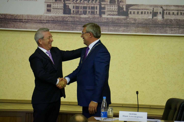 Александр Ушаков передает полномочия Юрию Тюрину. Фото: ©День.org