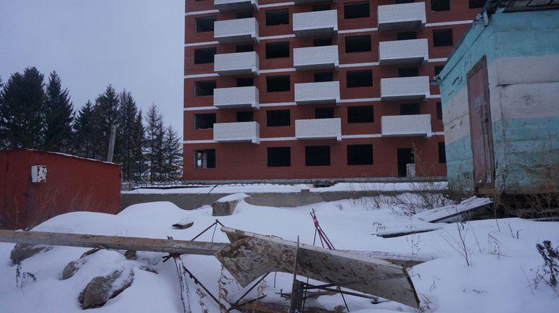 На площадке строительства дома № 49 на Петрова слышно только ворон. Фото: © «ДЕНЬ.org»