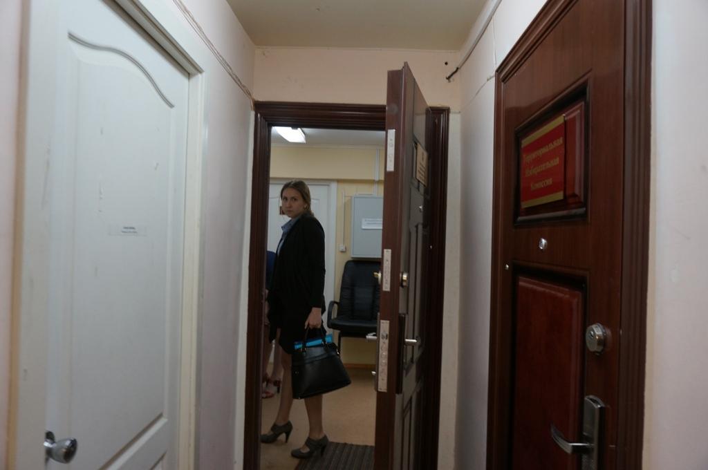 Последние документы в ТИК принесли за несколько минут до завершения приема. Фото ©День.org