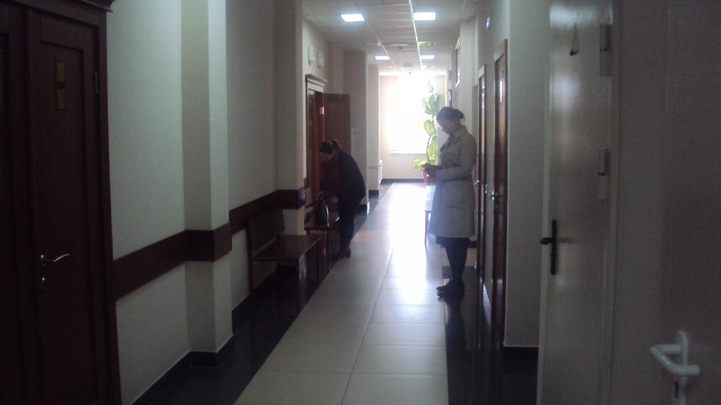 Сестра Ильдара Мавлутдинова в коридоре Верховного суда УР. Фото: ©«ДЕНЬ.org»
