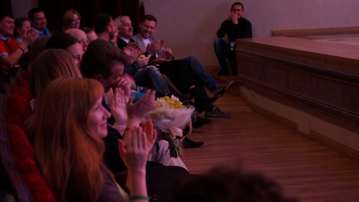 Министр Игорь Краснов с букетом. Фото: © «ДЕНЬ.org»