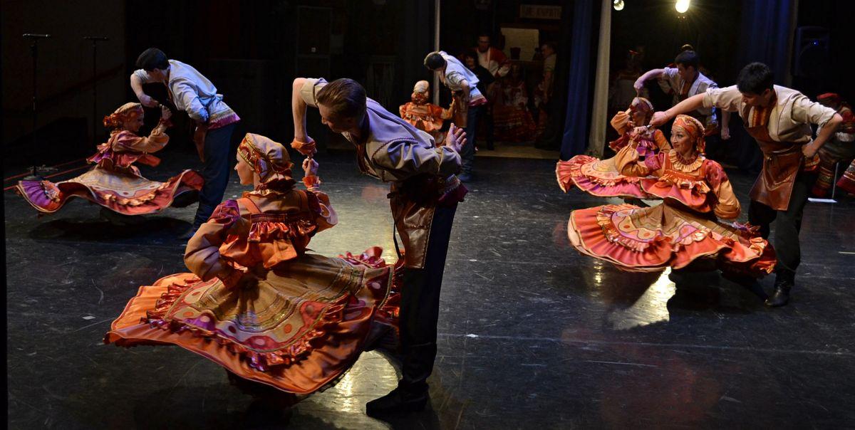 В танце рязанские мужчины в самом прямом смысле могут раскрутить женщин. Фото: Александр Поскребышев