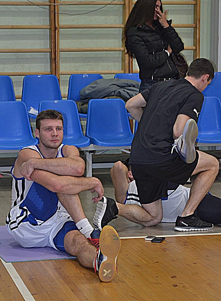 Максим Захаров «заминается» после победы над столичной МБА. Фото: Александр Поскребышев