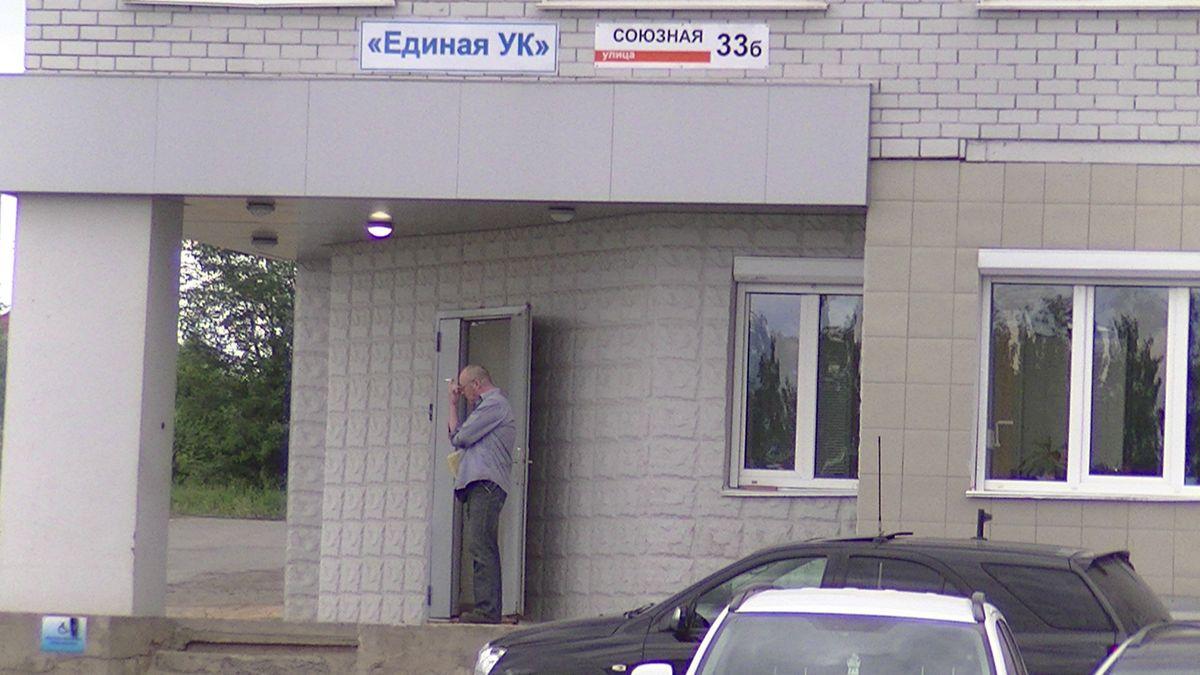 Возле офиса «Единой УК» чувствуется нервозность — стоящие на крыльце люди на фотоаппарат реагировали не совсем адекватно. Фото: © «ДЕНЬ.org»