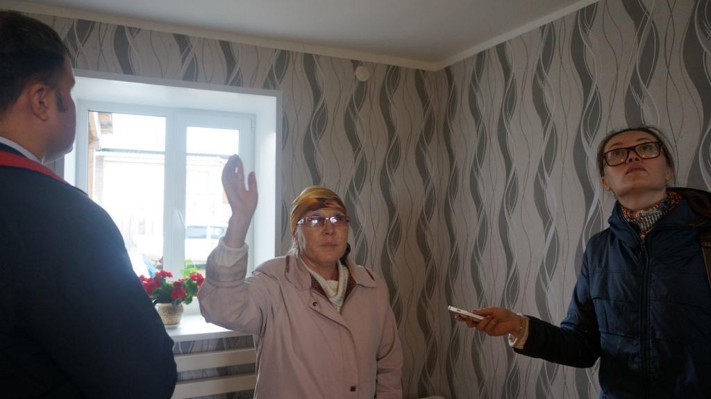 Евдокимова показывает трещины в стенах. Фото: © «ДЕНЬ.org»