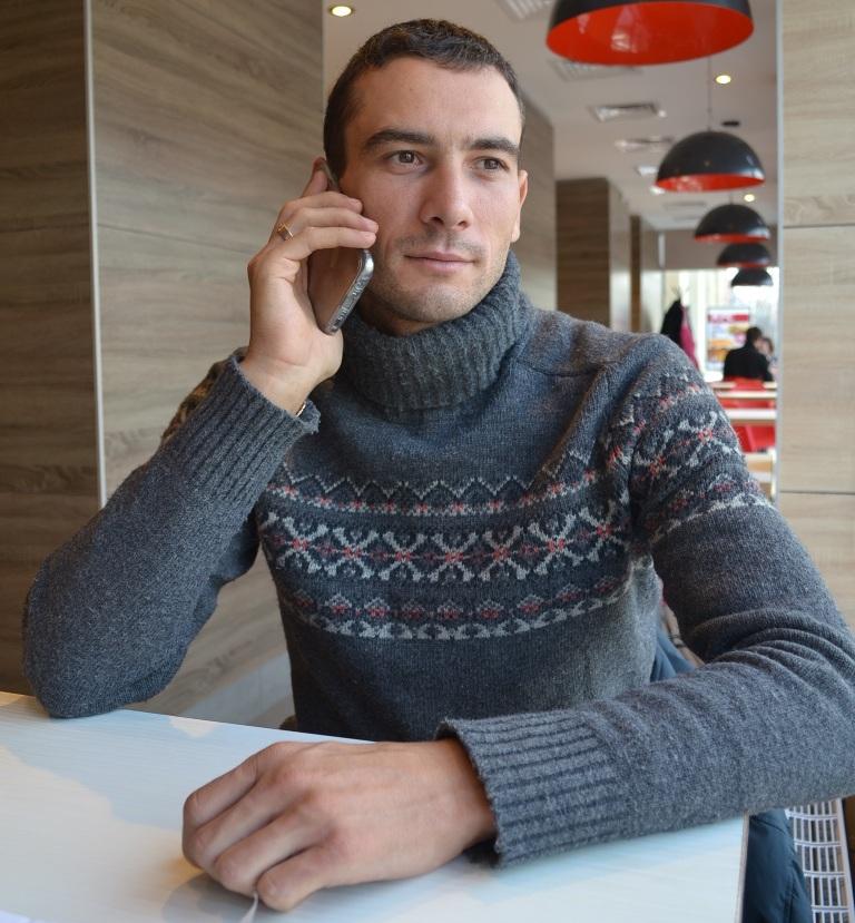 В родной Ижевск Максим Бельков ежегодно приезжает всего на пару недель, и его отпуск превращается в сплошные хлопоты. Фото: Александр Поскребышев