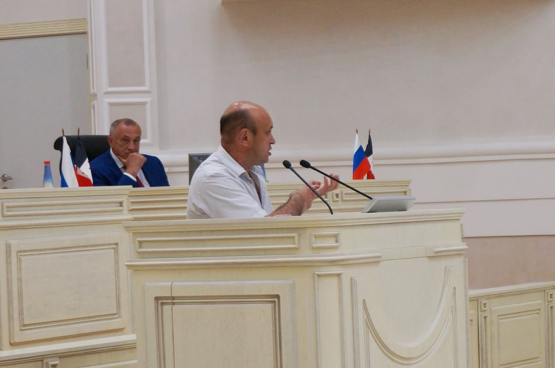Юрий Бычков выступает на недавней сессии Госсовета УР. Фото ©День.org