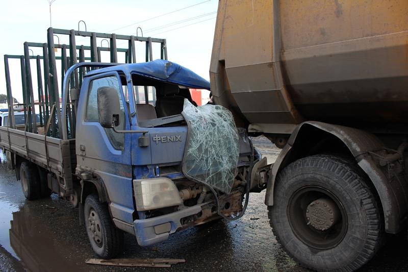 Грузовой автомобиль столкнулся ссамосвалом наулице 40 лет Победы вИжевске ФОТО