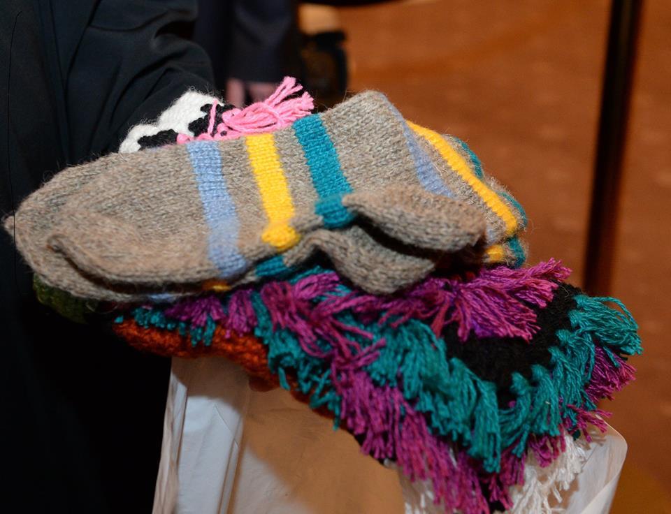 Носки и покрывало, связанные «Бабушками из Бураново» специально для патриарха Кирилла. Фото: facebook.com(Александр Волков)