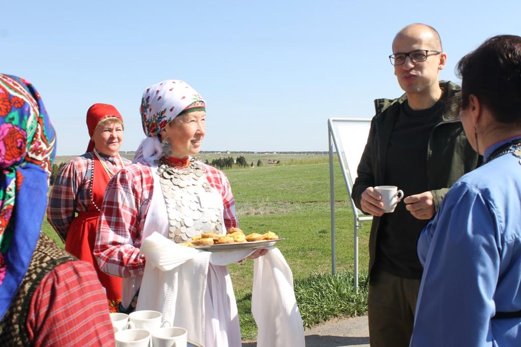 Александр Бречалов с аппетитом дегустирует, видимо, вкусные перепечи. Фото: © «ДЕНЬ.org»
