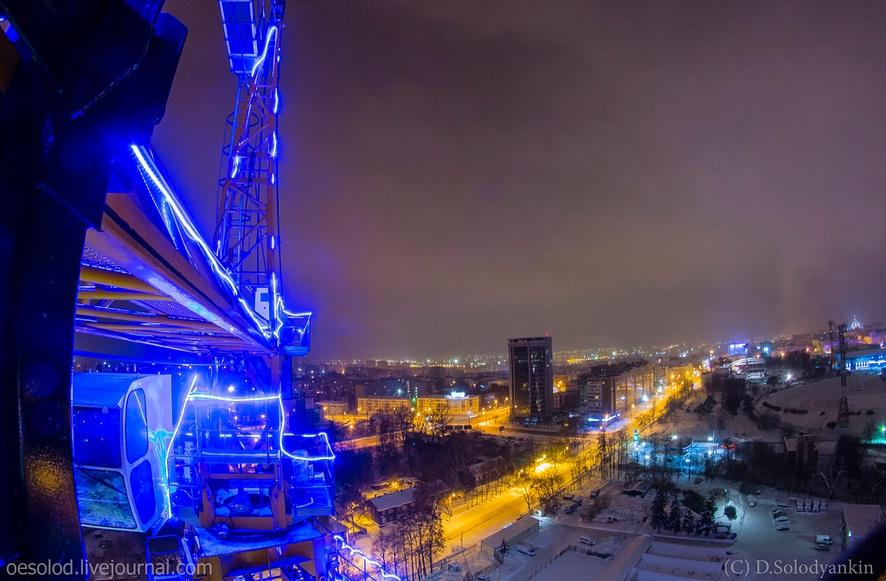 Вид со строительного крана, украшенного гирляндой. Фото Дмитрия Солодянкина