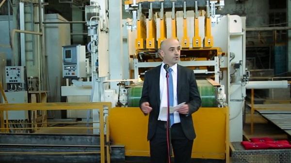Представитель немецкой фирмы-поставщика приехал в Чур на запуск нового пресса. Кадр из видеоролика о заводе в социальных сетях