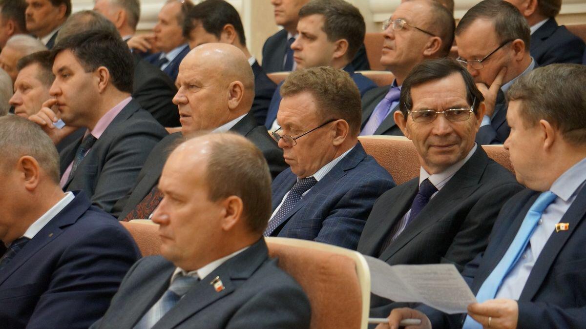 Андрей Русинов (в самом центре) вместе с главами других районов на сессии Госсовета УР. Фото: © «ДЕНЬ.org»