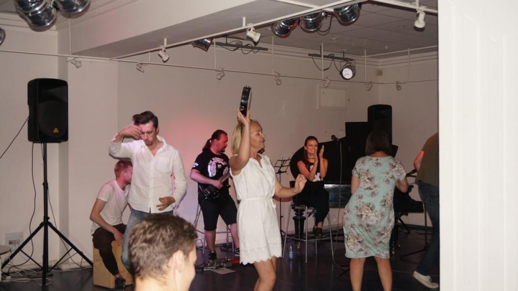 Зрители в танце раскрывают под мелодии Safari свои тайные фантазии. Фото: ©«ДЕНЬ.org»