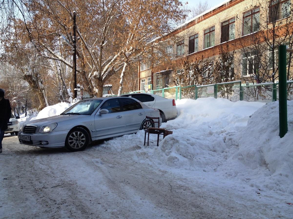 Давненько в этом дворе не видели столько чиновников и журналистов. Фото: © «ДЕНЬ.org»