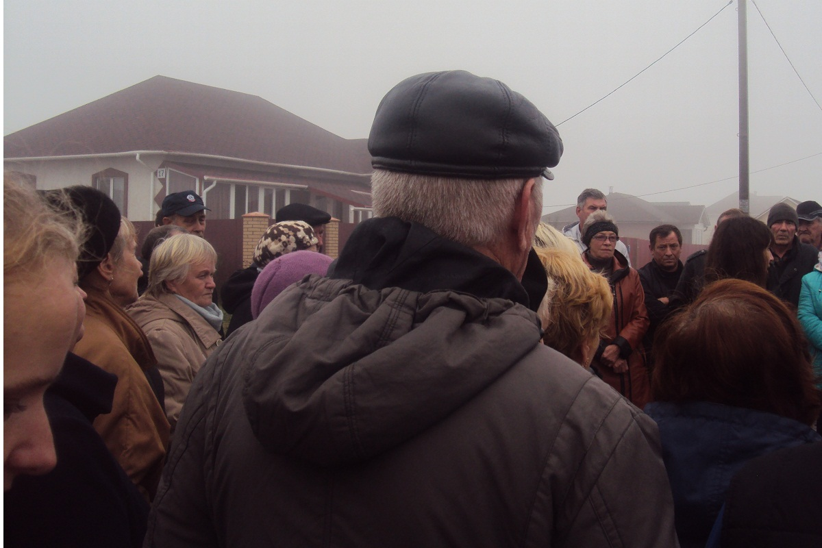 Жители неоднократно проводили собрания, на которых пытались найти решение наболевших проблем