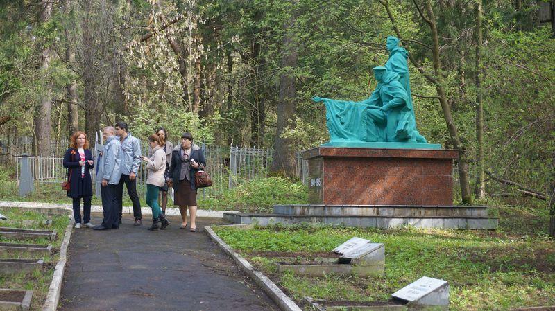Скульптурная группа признана бесхозяйной — целый год не у кого требовать надлежащего содержания памятника. Фото: © «ДЕНЬ.org»