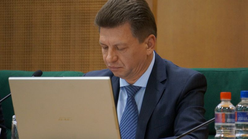 Виктор Савельев претензии выслушивал, просматривая какие-то документы. Фото: ©«ДЕНЬ.org»