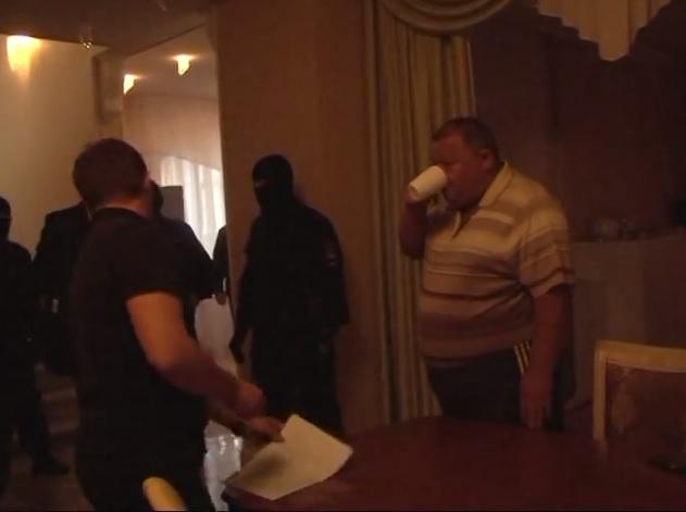 Один из подозреваемых во время задержания. Кадры оперативной съемки МВД по УР
