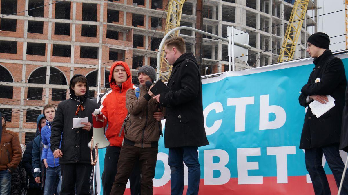 Неизвестный попытался выхватить микрофон у выступавшего. Фото: © «ДЕНЬ.org»