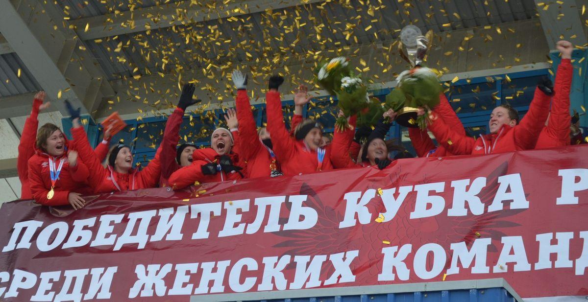 Футболисткам «Звезды-2005» вручен Кубок России. Фото: Александр Поскребышев