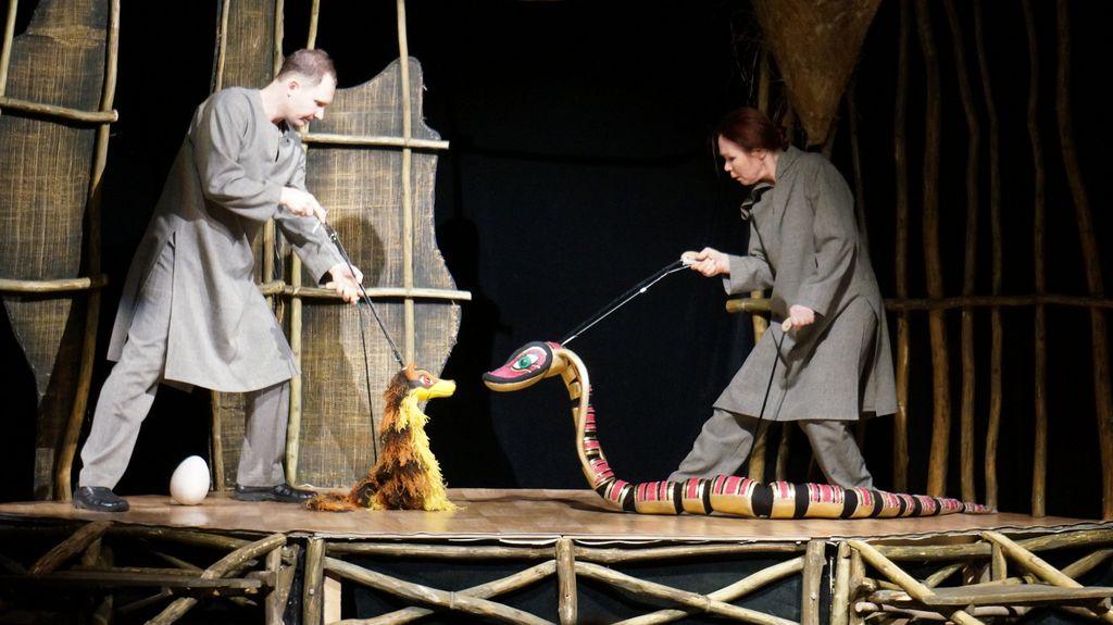 Спектакль «Рикки-Тикки-Тави» и Антонина Пушина с Нагайной. Фото: © «ДЕНЬ.org»