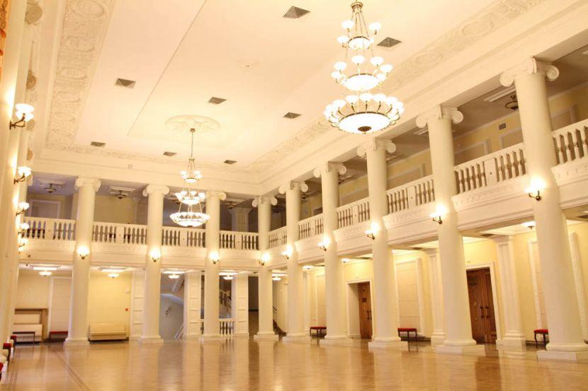 Чествование юбиляра прошло в фойе на втором этаже театра. Фото: dramteatr18.ru