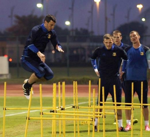 Сослан Джанаев прыгает, а Никита Медведев готовится к прыжкам. Фото: fc-rostov.ru
