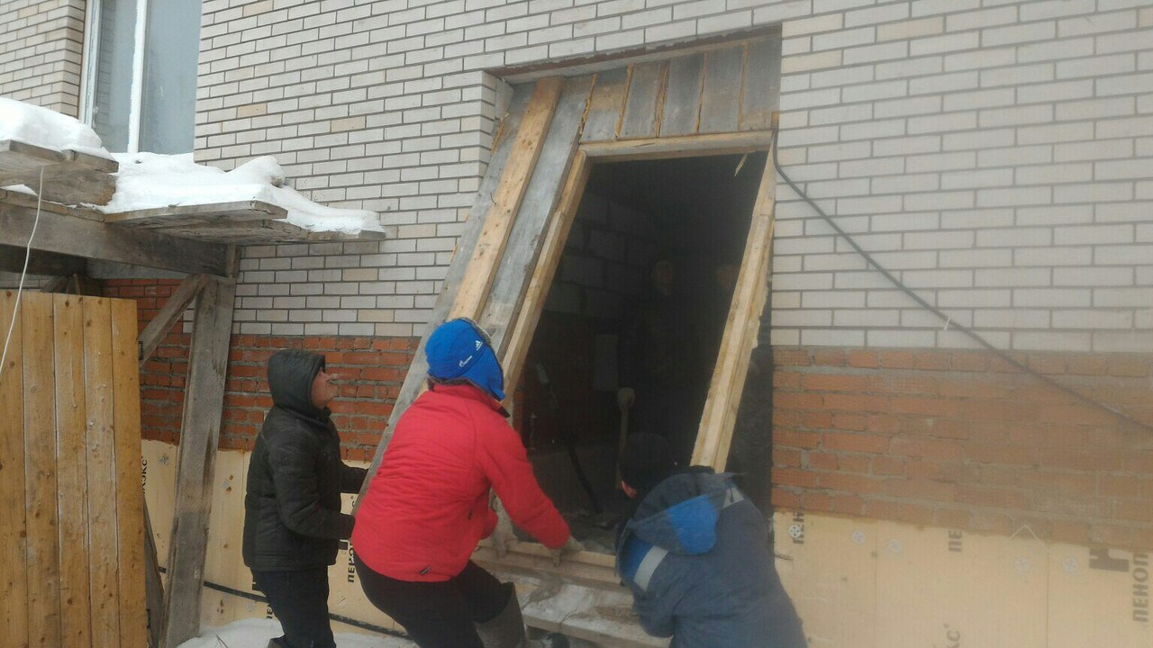 Чтобы было теплее, дольщики установили на входе в дом массивную дверь. Фото: vk.com/rodnikovyi_krai