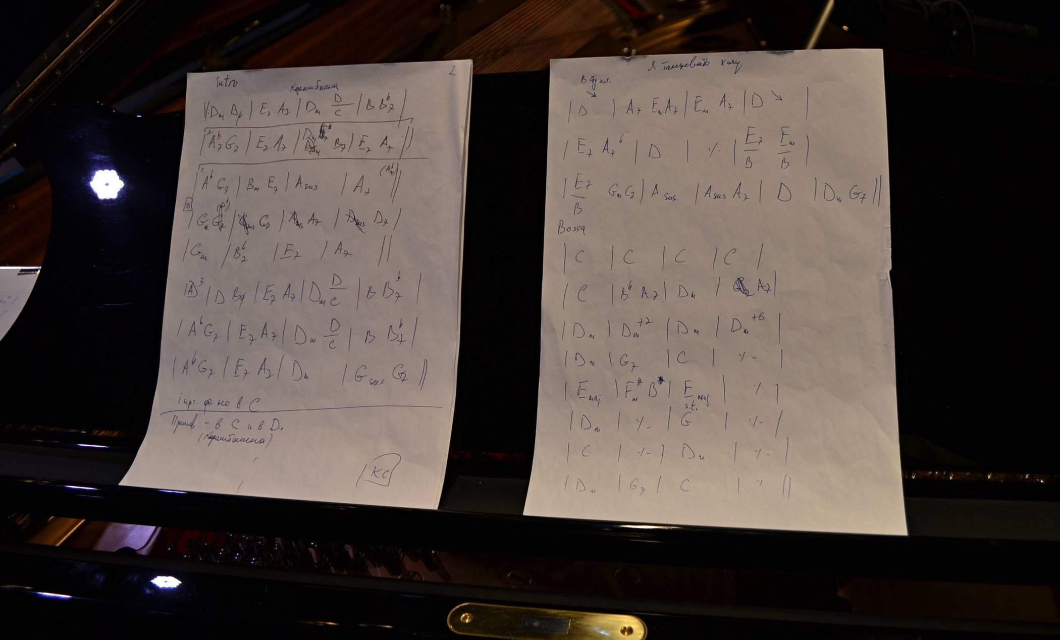 Ноты для Даниила Крамера на самом деле записаны в буквах. Фото: Александр Поскребышев