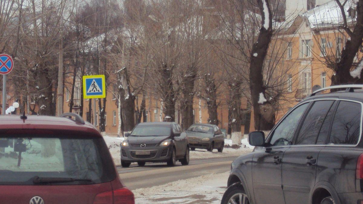 Переход незаметен из-за перекрестка, зато знаки, как и положено по ГОСТу, выполнены на желтом фоне. Фото: © «ДЕНЬ.org»