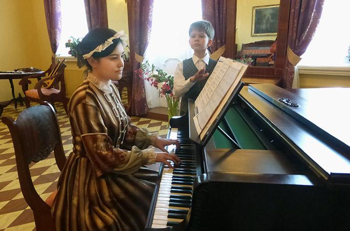 Увидеть в интерьерах усадьбы Петю Чайковского, его первую учительницу музыки и других домочадцев удастся только первым посетителям обновленного музея