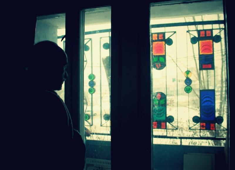 На балконе квартиры Станислава Медведева стоит решетка с витражом. Фото: © «ДЕНЬ.org»