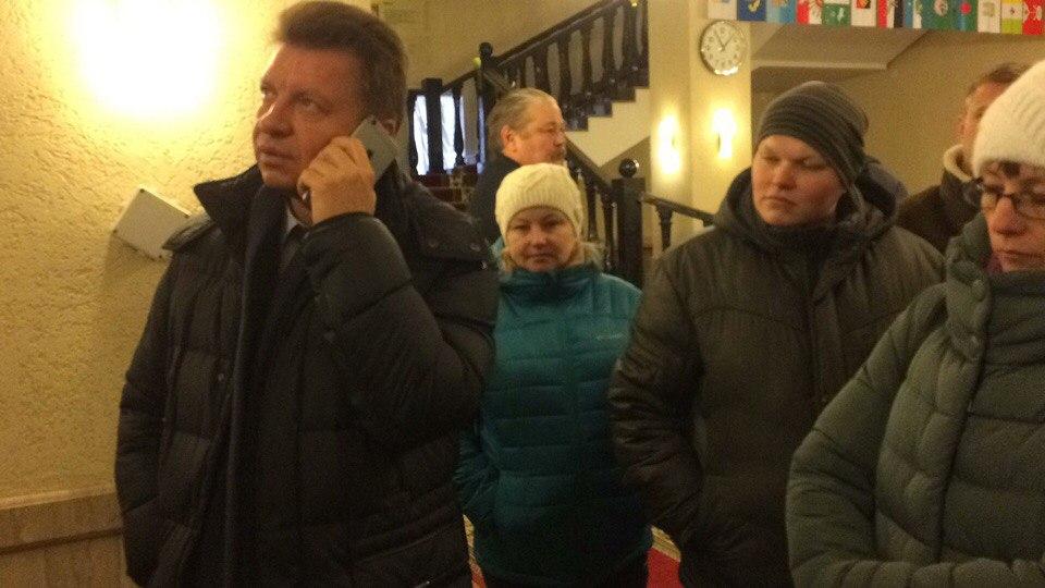 В фойе резиденции дольщики застали премьер-министра Виктора Савельева, который при них стал звонить в администрацию Завьяловского района, чтобы узнать, как продвигается решение проблемы «Родникового края». Фото: vk.com/rodnikovyi_krai