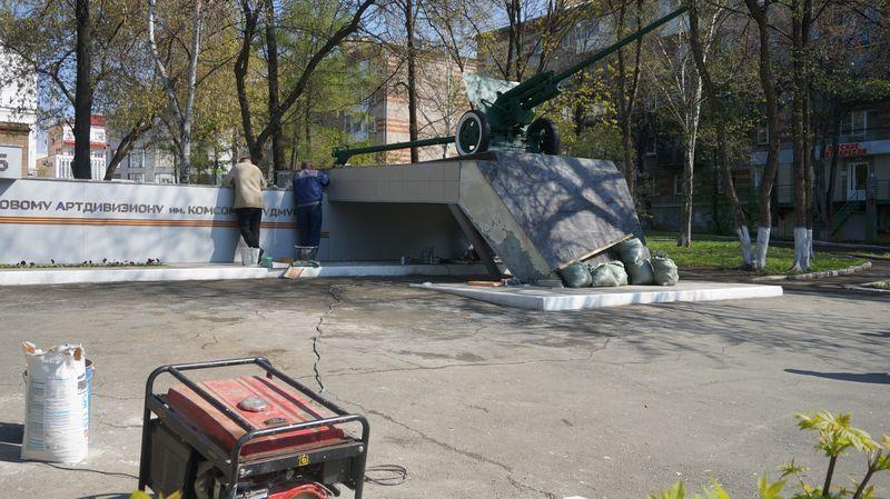 Отреставрированный памятник артиллеристам снова разрушается.Фото: © «ДЕНЬ.org»