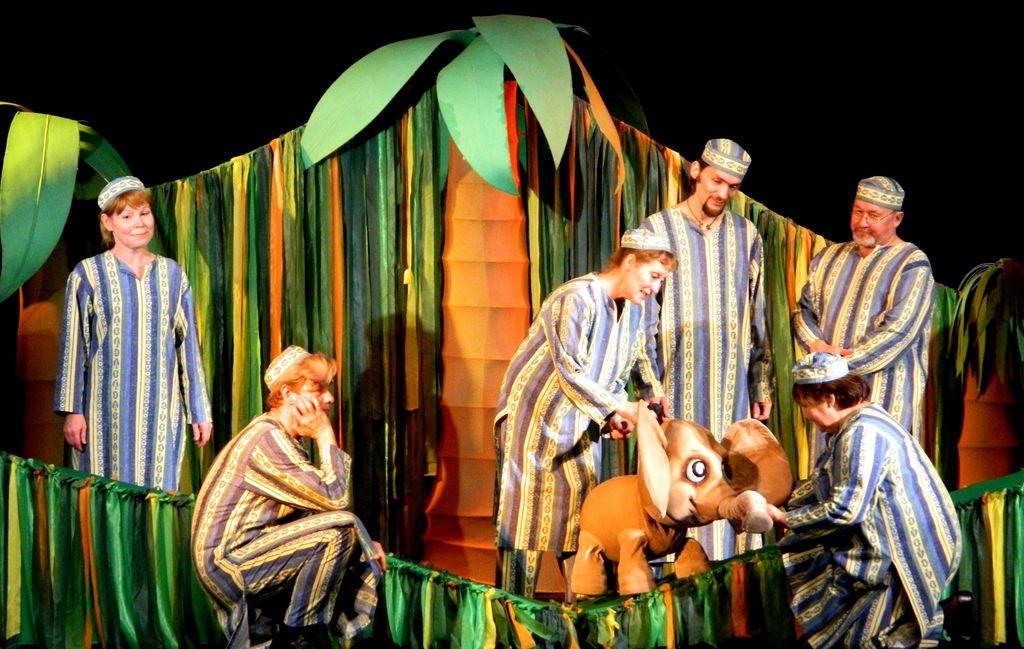 Спектакль «Несносный слоненок». Слоненок под управлением Алевтины Кравченко. Фото: vk.com/teatrkukoludm