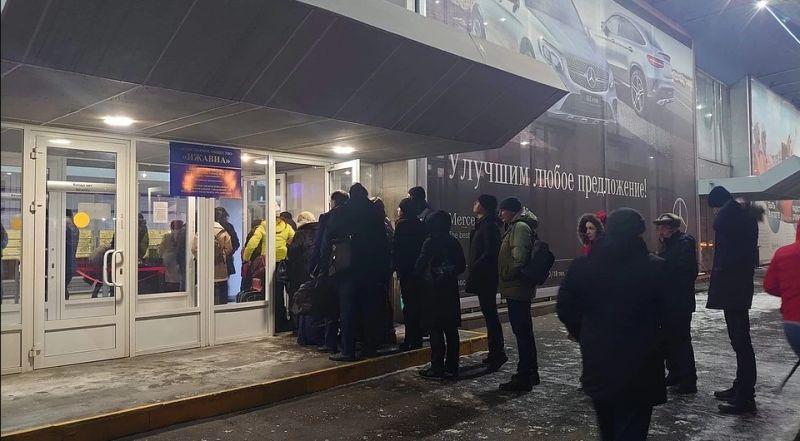 Очереди перед входом в аэропорт «Ижевск» появились задолго до пандемии. Фото: Олег Вылегжанин, 2019 г.