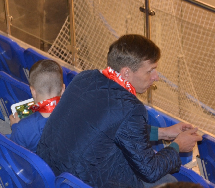 Болельщики «КПРФ» болеют в алых шарфах с партийной символикой. Фото: Александр Поскребышев