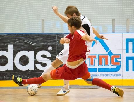 В игре футболисты «Прогресса» в прямом и переносном смысле «стелятся по паркету». Фото: МФК «Прогресс»