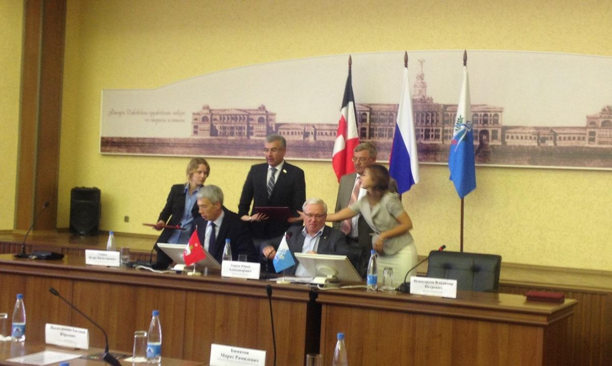 Подписание соглашения руководителями торгово-промышленных палат. Фото: © «ДЕНЬ.org»