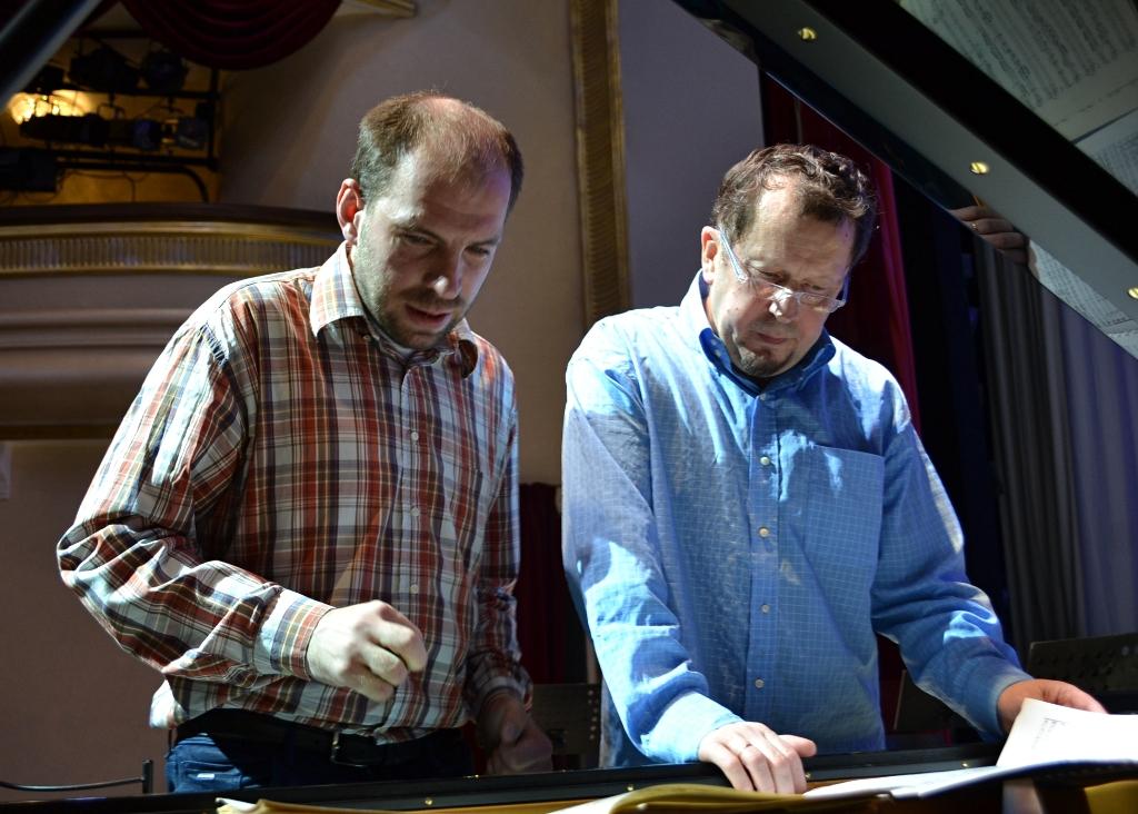 После окончания репетиции Андрей Коробейников обсудил концертные штрихи с маэстро Николаем Роготневым. Фото: Александр Поскребышев